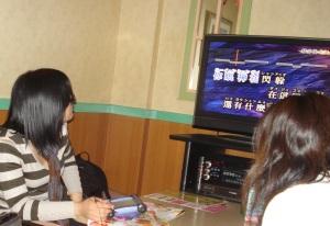 Layar menampilkan subtitle (karena lagu Jepang maka tulisannya cacing) dan pitch suara