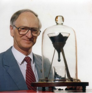 John Mainstone dan eksperiman tetesan aspal
