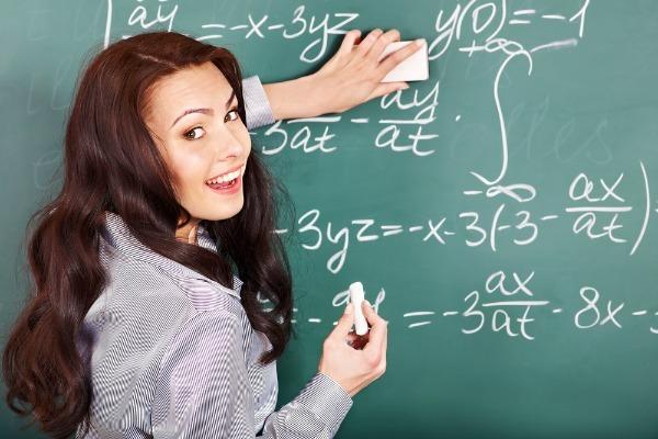 Hehehe...kalo bu gurunya cute kaya gini mah ga perlu proyektor lagi. copyright: Shuttershock